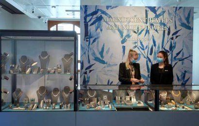 """现场珠宝拍卖恢复,但在线销售""""留在这里"""":苏富比"""
