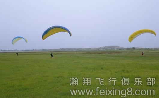 滑翔伞培训学员进行地面斗伞技巧练习