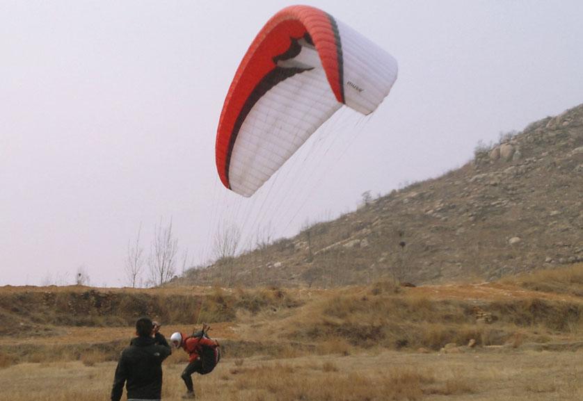 滕州莲青山滑翔伞基地伞友降落