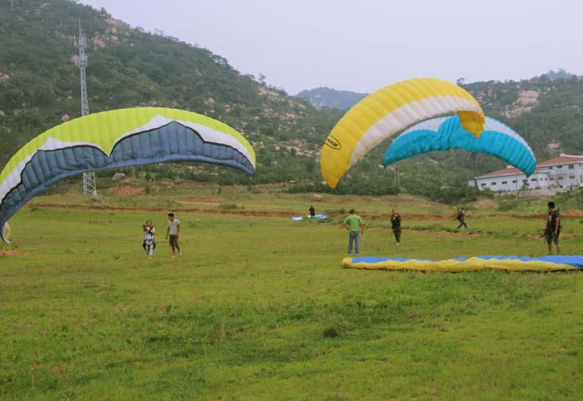 滕州莲青山滑翔伞基地学员地面斗伞练习