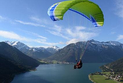 飞滑翔伞需要注意什么-湖边山地气候