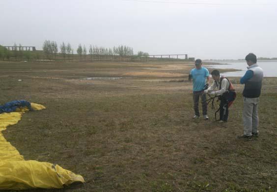 海南滑翔伞学员在努力的练习
