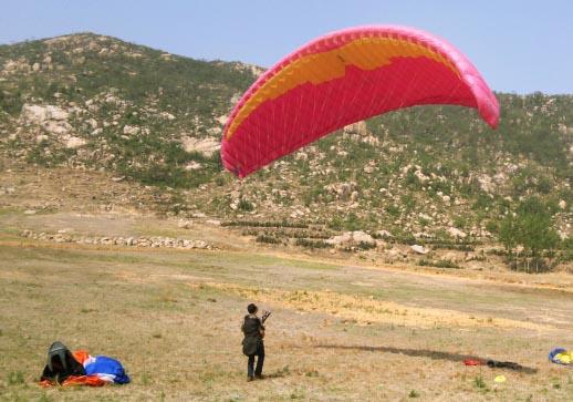 济南滑翔伞友地面斗伞