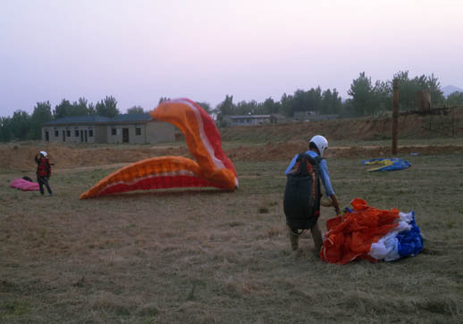 济南滑翔伞友们准备下一次的飞行