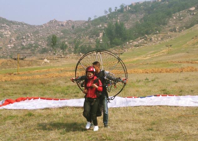 双人动力伞带飞准备起飞