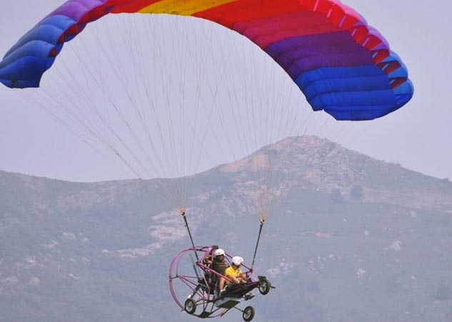 双人动力伞带飞小车飞上天空