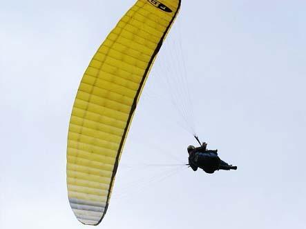 滑翔伞空中做出摆荡动作