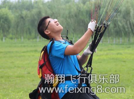 杭州滑翔伞友阿南正在斗伞