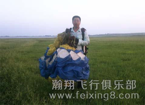 青岛滑翔伞友老孟地面斗伞练习