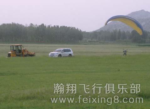 青岛滑翔伞友老孟努力练伞中