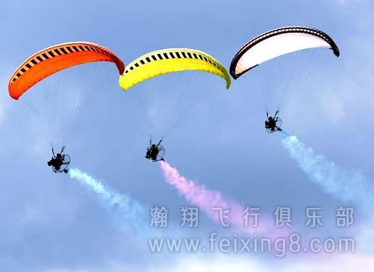 瀚翔动力伞飞行表演队表演中