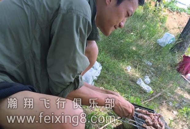 青海西宁滑翔伞学员正在烧烤中