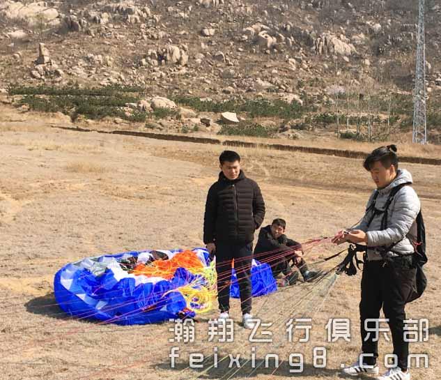 正在熟悉滑翔伞结构组成的成都滑翔伞学员