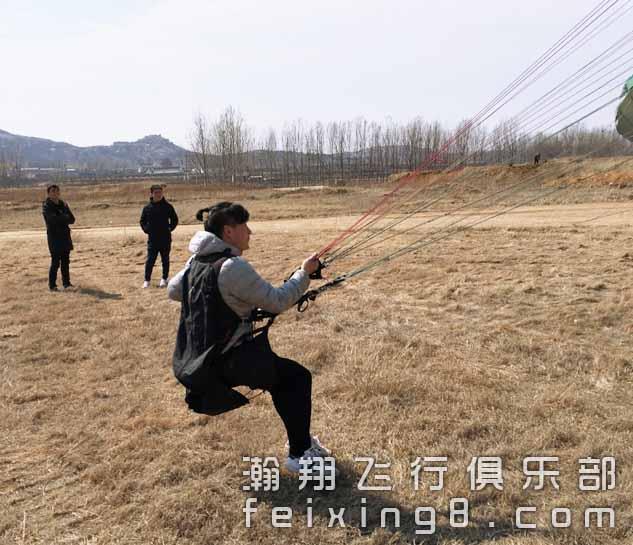 斗伞练习中的成都滑翔伞学员