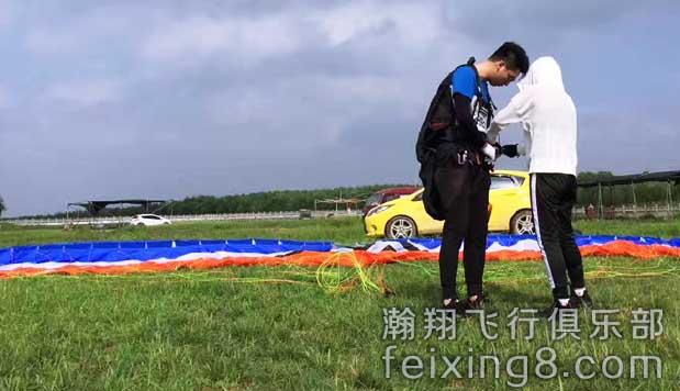 只羡鸳鸯不羡仙,天荒地老执手恋,愿这对浙江滑翔伞学员可以放飞自己的梦想,让此生无悔无怨