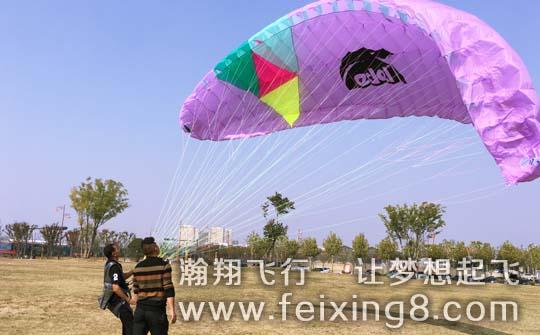 瀚翔飞行俱乐部里正在学习中的泰国滑翔伞学员老冯