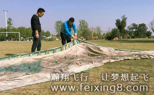 山东枣庄的走读生老王,正在学习滑翔伞结构组成知识