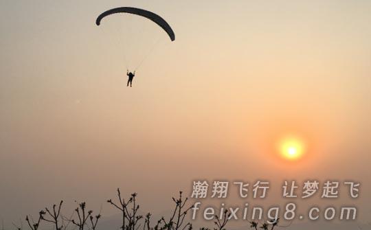 枣庄滑翔伞基地的王哲处飞成功