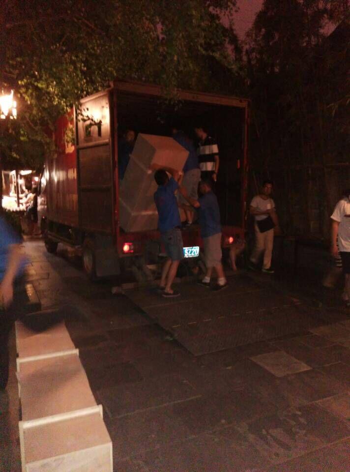 广州班尼路晚上搬迁