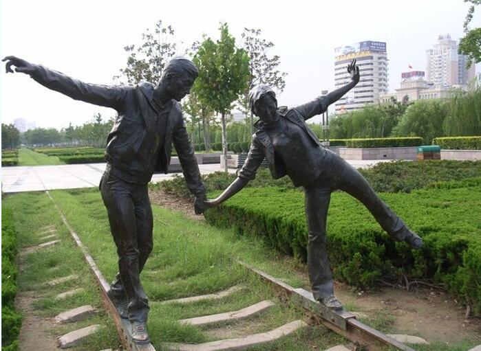 铁路情侣人物雕塑