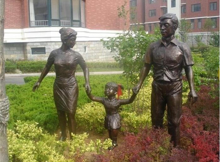 一家三口人物雕塑