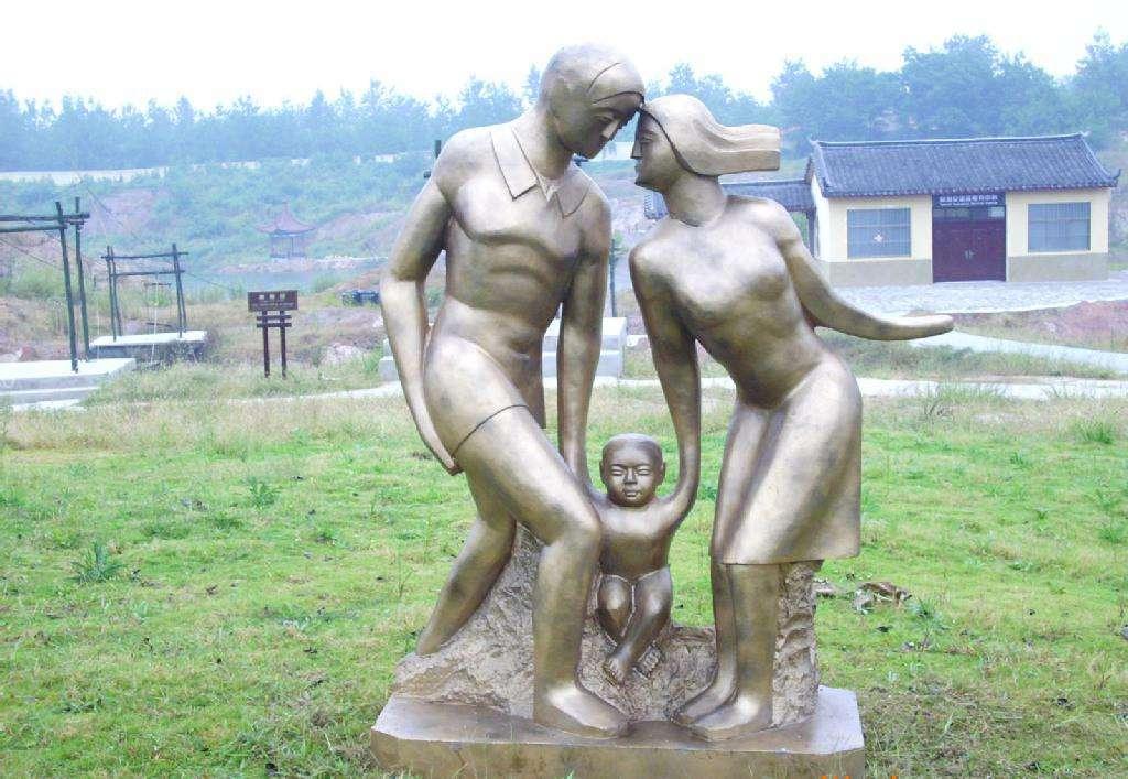 街头情侣人物雕塑