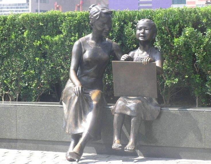 母女人物雕塑