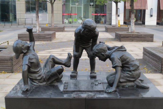 下棋人物雕塑