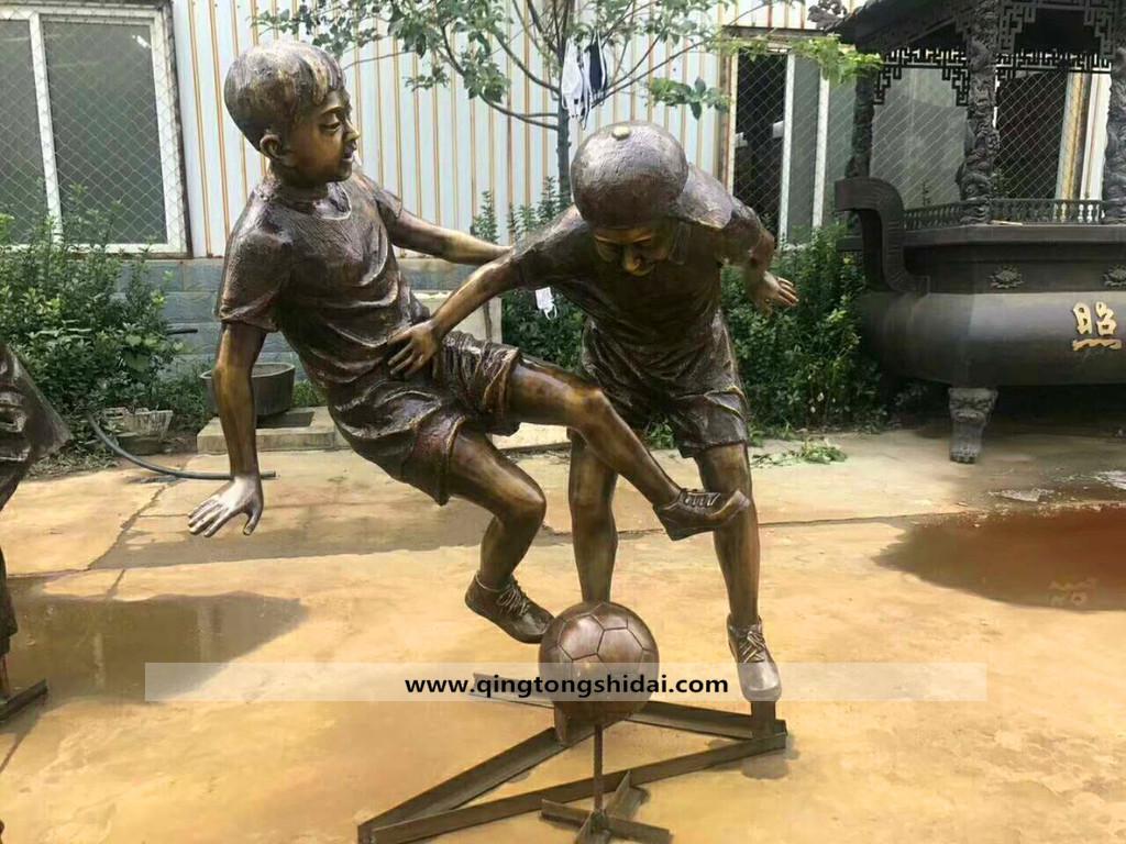 小孩雕塑-小孩玩耍踢球铜雕