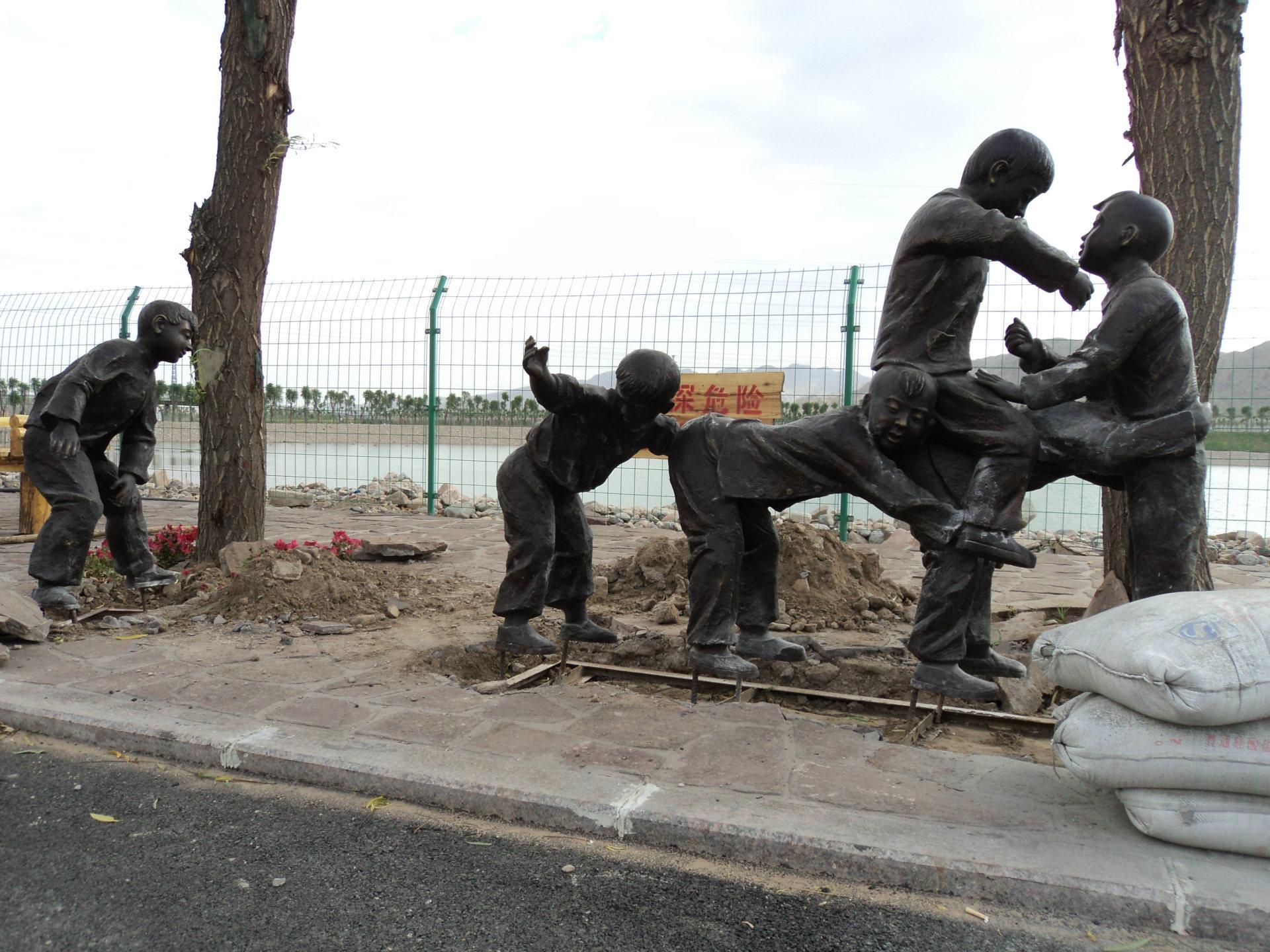 街头玩耍人物雕塑厂家