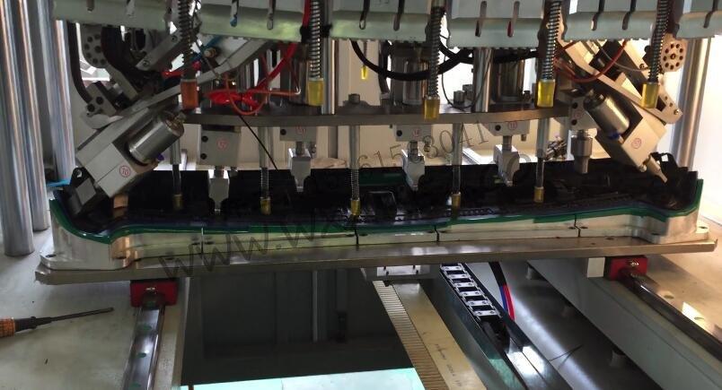 汽车扰流板穿刺焊接机