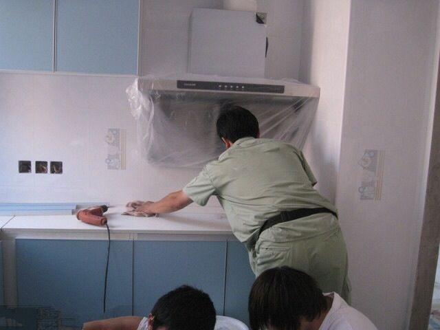 家居配饰,家装的最后一步,而且已经由装修转为装饰了,包括窗帘的安装都属于家居配饰环节。至于买窗帘,最好是在订好家具之后,以免风格冲突。家居配饰还包括可以考虑买一些绿色植物、挂墙画、摆设工艺品等等等等总之,入住之后,你就可以自由发挥了。 二、装修过程的两种划分   为了便于大家进一步理解这十九步以及期间夹带的一些需要注意的环节,具体如下:   1办理开工手续2自行测量3前期设计4主体拆改5木门厂家上门测量6橱柜第一次测量7水电改造8卫生间防水9主料进场10木工1