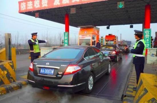 交警提示:高速公路收费标准调整,七座及以下车型每公里0.4元!