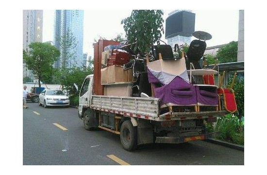 涪城区南河路附近搬家小货车