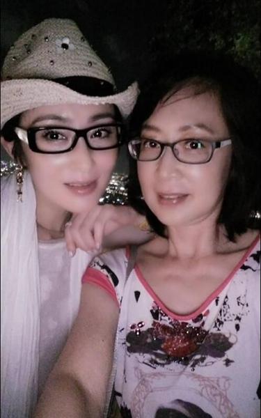 张敏与小10岁新欢同框_见镜头刻意分开保持距离_星女郎张敏近照俏丽惊艳