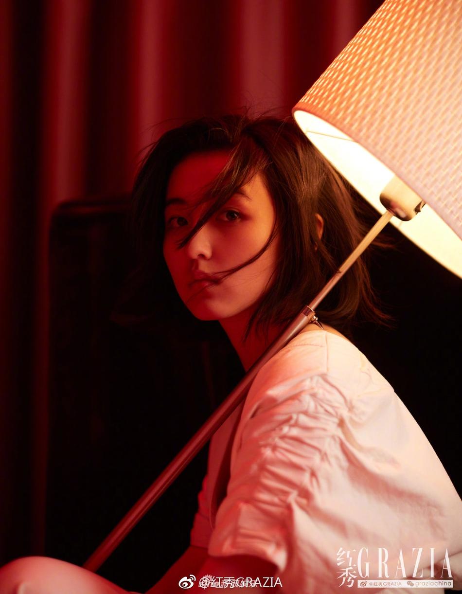 张子枫演绎混搭复古风 既具年代感又不失少女气息