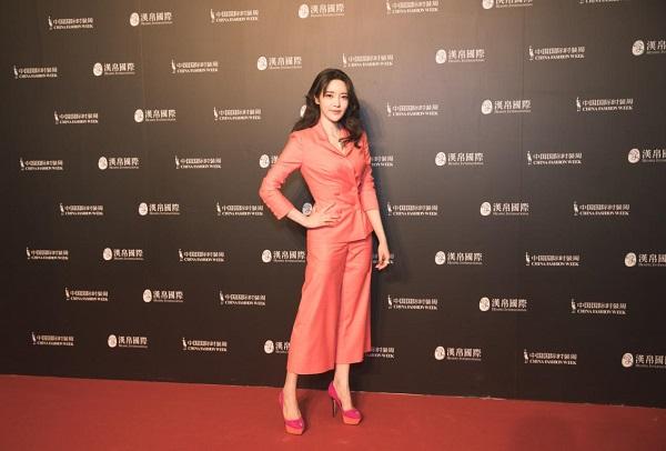 中国国际时装周在京开幕,青年演员张璇受邀出席红毯