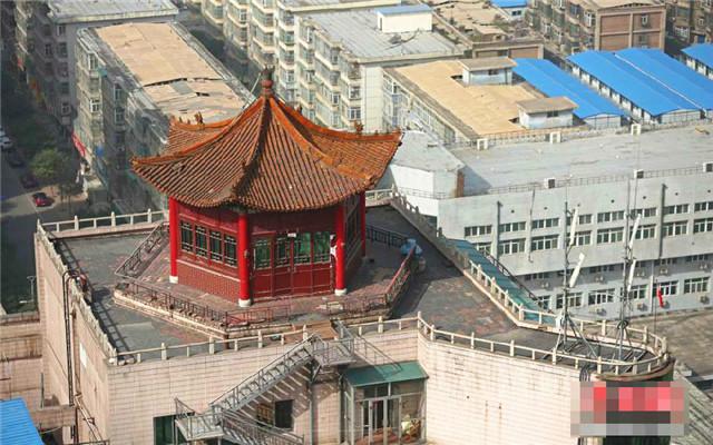太原:某高层大厦楼顶现仿古建筑 朱红色外墙金黄色琉璃瓦