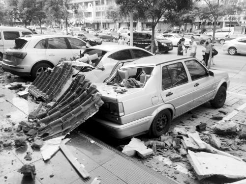 收藏:饭店琉璃瓦脱落 砸伤7辆车(图)